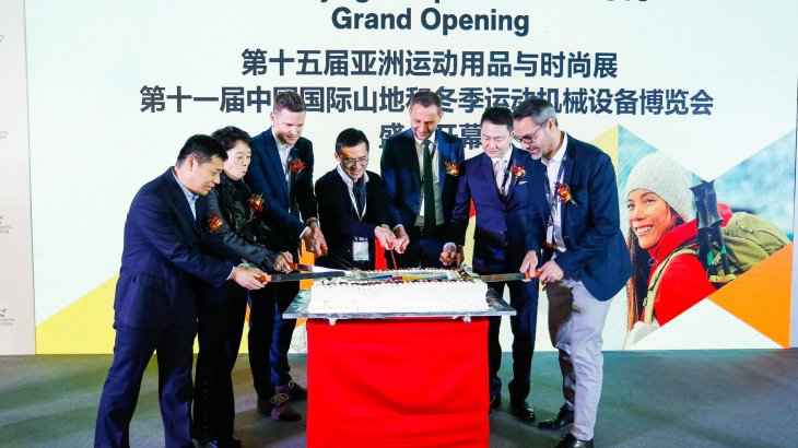 Very big birthday cake: 15 years the most important sports fair in China already exists. For ISPO around Tobias Gröber (r.), Head of ISPO Group, a reason to celebrate.