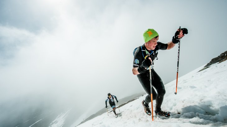 Afterwards the participants have to quickly put on the trail running shoes and walk 17 kilometres over the 1,420 metre high Areskutan peak, parts of it are still snow-covered.