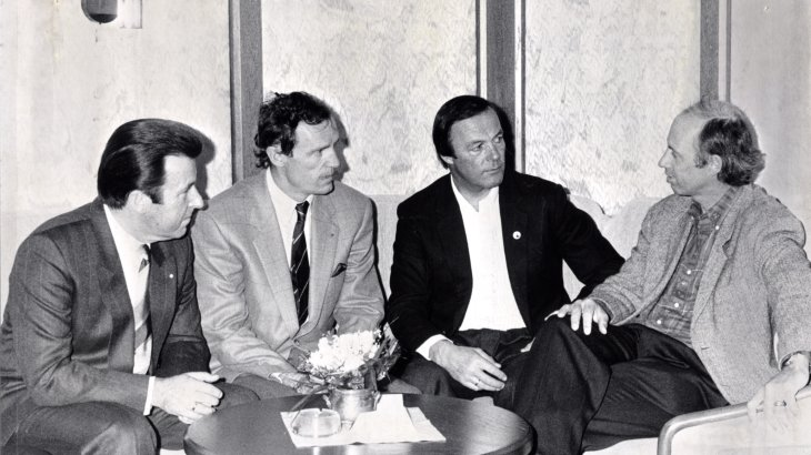 "Jean-Claude Killy, ski racer from France, was awarded with the ISPO Cup in 1986. In the picture he is (2nd from left) in conversation with the head of the tradeshow Dr. Werner Marzin, Toni Sailer (3rd from left) and Willy Bogner (4th from left). The ""Ski Napoleon"", how he was called at that time, dominated racing in the 1960s. In Grenoble in 1968, for example, he won a total of three Olympic gold medals in the downhill, giant slalom and slalom categories."