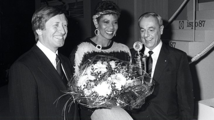 In the year 1987 the ISPO Cup went to the US athlete and three-time Olympic champion Wilma Rudolph (*1940; † 1994) (in the middle of the picture). In 1960, the sprinter also went down in history as the first woman in the world to cover 200 metres in under 23 seconds. One year later she set another world record with 11.2 seconds over 100 meters. She established the Wilma-Rudolph-Foundation which supports young female athletes.