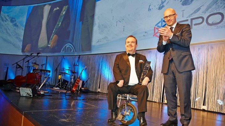2014: David Lega (left) from Sweden has set a total of 14 world records as a Paralympic swimmer. He has been in politics since 2011, first as Mayor of Gothenburg and now as a Member of the European Parliament. The ISPO trophy was presented to him by Klaus Dittrich, Chairman of the Board of Management of Messe München (right).