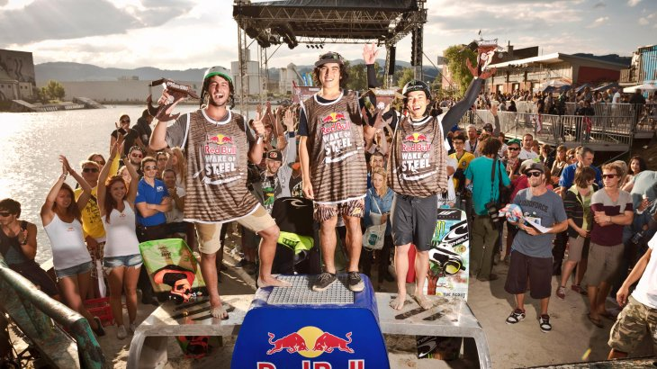 Winner: Daniel Grant (l.) wins the Red Bull Wake of Steel in Linz and celebrates with colleagues Nico von Lerchenfeld and Julian Cohen.