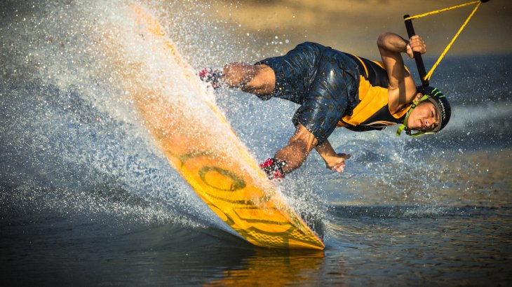 Mega-Star already with 18 years: Daniel Grant lives in Thailand and has there the best wakeboarding conditions.