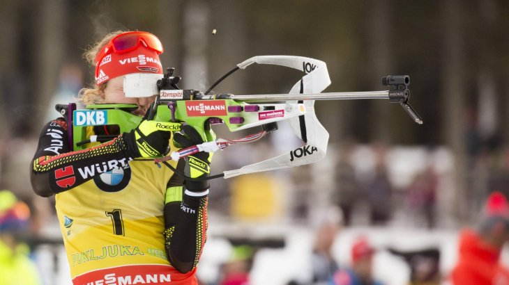 At the firing range, the camera linger on Laura Dahlmeier for quite some time – clothing and guns are coveted spaces for sponsors.