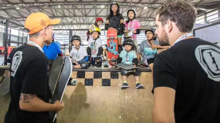 Just a short briefing for the skaters of tomorrow and then they are ready to drop in the mini ramp in hall N2.