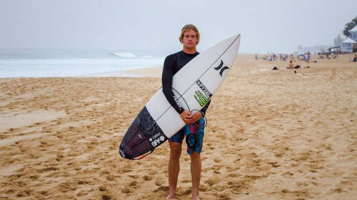 At the age of 24 John John Florence is one of the younger surf stars. But when it comes to sponsors he is very experienced yet. The US boy has got support of Dakine, Nike and Spy sunglasses. Sports apparel brand Transit, surf experts Futures and Pyzel sponsor him as well.