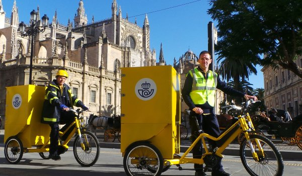 E-bikes are becoming increasingly variable. For example, the technology company Continental has entered into a cooperation agreement with the Spanish postal service: This can now deliver shipments more sustainably and comfortably with load wheels from Bikelecing.