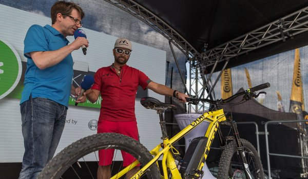 Stefan Schlie (r.) was once a professional trial rider, but now swears by e-bikes. Especially for longer offroad trips he is a big fan of another trend: additional batteries as range extender.