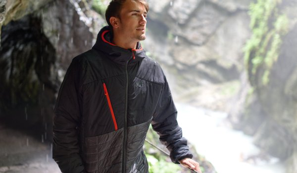 The lightweight thermo hoody from Millet fits into any backpack and protects you when the weather changes in the high mountain areas.