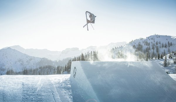 The snowpark in the skiing area Flachauwinkl in the Salzburger Land scores not only with an unbelievable variety of obstacles and kickers, but above all with its size: The funpark stretches over a good 1.5 km length.