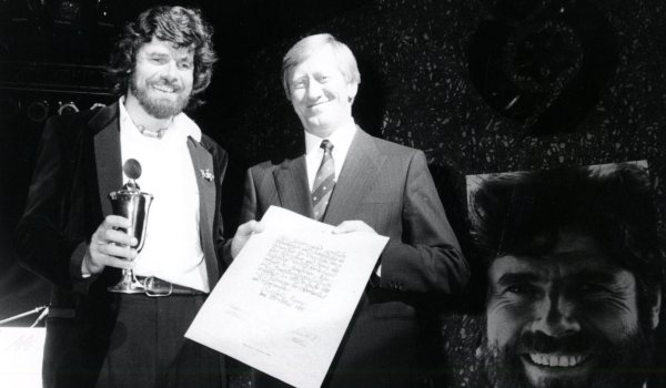 Reinhold Messner (on the left) from South Tyrolean, who turned 75 in 2019, received the ISPO trophy in 1989. Reinhold Messner is one of the most famous mountaineers in the world and has changed the style of high altitude mountaineering. In 1978, together with Peter Habeler, he was the first person to reach the summit of Mount Everest without oxygen bottles. From 1970 to 1986 he also climbed 14 eight-thousanders. Many more extreme peaks followed.