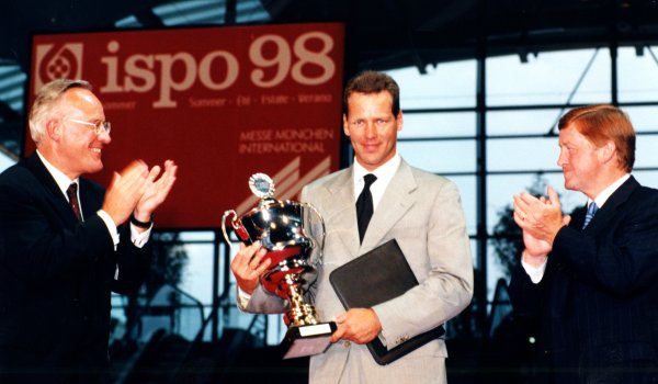 In 1998 Henry Maske (centre) received the trophy from Manfred Wutzlhofer (left), at this time Chairman of the Board of Messe München, for his exceptional and fair sporting successes as a professional boxer. Henry was IBF world champion in light heavyweight from March 1993. In 1996 he defended this title.