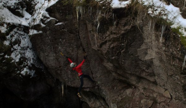 The new GORE-TEX PRO jacket tested during mixed climbing