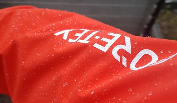 "GORE-TEX PRO Testing: Raindrops "" floating "" over the jacket"