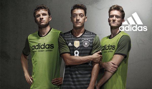 san francisco 41b49 bff9d Das ist das neue EM-Trikot für 2016. Mesut Özil (Mitte) präsentiert