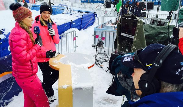 Like it used to be, but completely different: Höfl-Riesch doesn't stand in front of the camera for an interview with ARD, but as a sports expert next to presenter Julia Scharf.