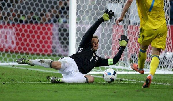 sports shoes c7868 1ea8f Manuel Neuer stellt sich den Gegnern mit seinen Ace 16.1 von Adidas (200  Euro)