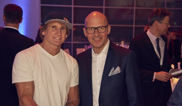 Messe-Chef Klaus Dittrich mit Surf-Legende Robby Naish (l.).