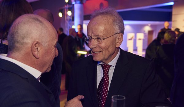 Werner Haizmann (r.), Chairman of the Association of German Sports Specialists, in an animated conversation with Dr. Michael Schineis, President Winter Sports Equipment of Amer Sports.