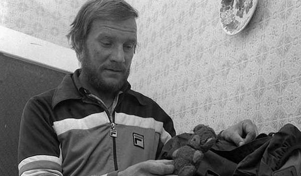 If the Broad Peak Central was recognized its very own pillar, there would be only one person who ascended all, then 15, eight-thousanders: Jerzy Kukuczka (1948-1989). The Pole was the second human, after Reinhold Messner, who ascended all eight-thousanders. 1989 Kukucka died at the Lhotse south wall as he fell 2 kilometres.
