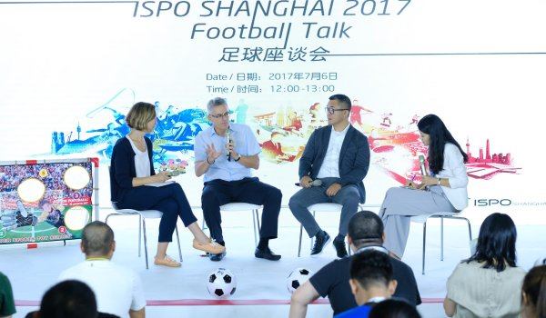 Adjacent to the water sports demo hall, Wynton Rufer (second from the right) explains the development of soccer in China to the audience