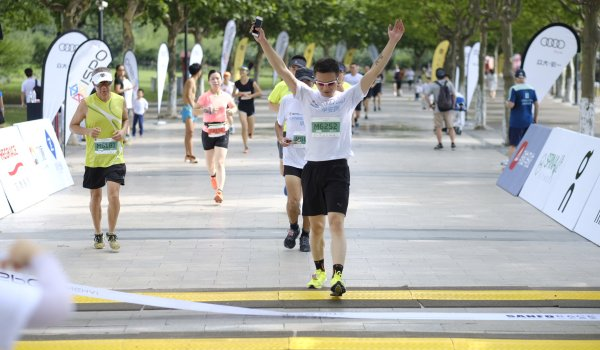 Mission accomplished! Crossing the finish line after a rough 30 minutes and running in 30 degrees celsius