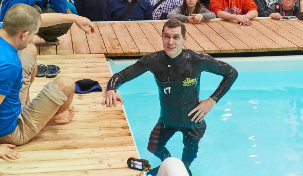 Freediving experience in the ISPO pool: Robert Woltmann (l.) und Peter Durdik (r.) showed their diving ability.