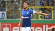 Benedikt Höwedes wearing the Schalke armband; Gazprom bought itself the front for the long-term– for over 20 million euros per year.