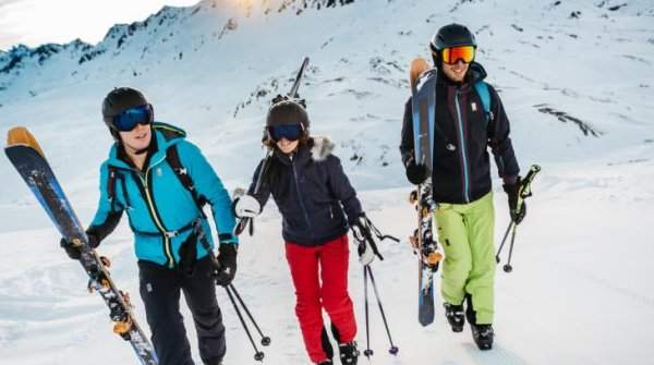 Skiers in Salomon equipment