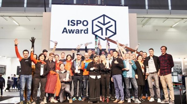19 Gold Winners and a Product of the Year representative on stage: The group photo of the Snowsports Award winners 2018.