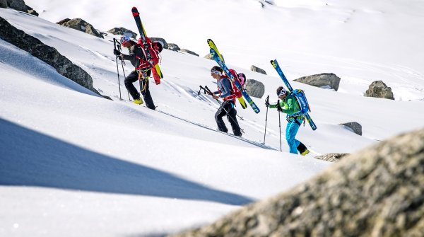 Ski tourers on the way to the summit: The last few metres in rocky terrain are usually covered on foot.