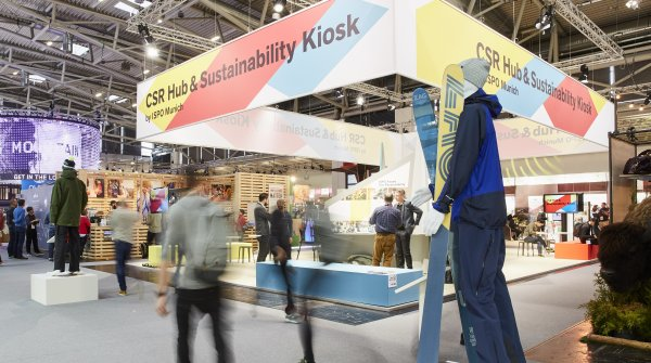 """In Halle A4 steht der CSR Hub & Sustainability Kiosk, der neben einer klassischen Ausstellungsfläche der Vereinigungen """"Brands for Good"""" und """"Greenroom Voice"""" mit ihren nachhaltigen Brands auch weitere Informations- und Austauschmöglichkeiten bietet."""