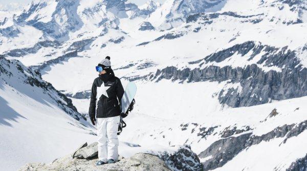 Zimtstern-Fahrerin Sina Candrian trägt eine Jacke mit dem charakteristischen Zimtstern-Stern