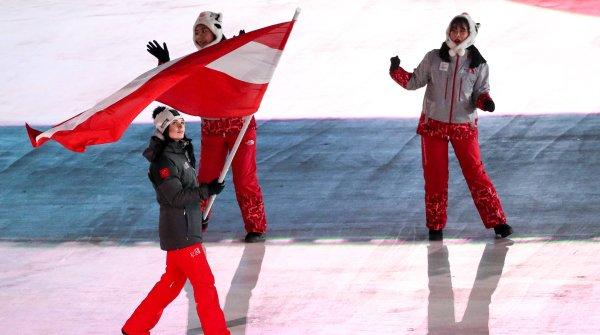 Anna Veith schwenkt in Pyeongchang die österreichische Fahne