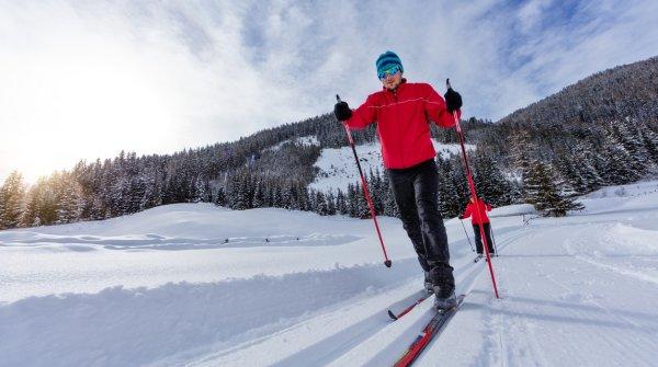 Langläufer in Winterlandschaft