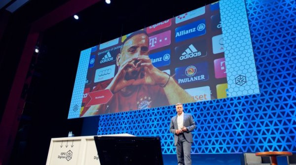 Stefan Mennerich, media director of FC Bayern, shows at ISPO Digitize a GIF with Franck Ribéry