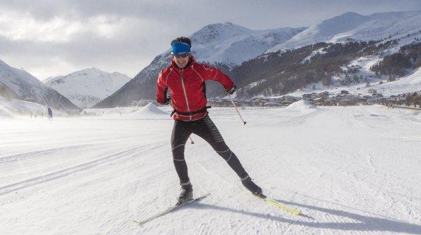 Mann in roter Jacke beim Skilanglauf