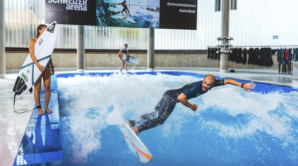 The Citywave in the Jochen Schweizer Arena Munich runs there six days a week and you can book beginner, advanced or pro sessions, in which the wave is adapted to the height and steepness of the level. The surf sessions last 45 minutes and are limited to a maximum of twelve surfers.