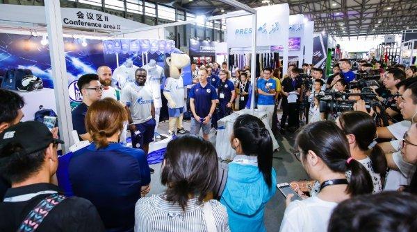 Der FC Schalke hat schon Erfahrung in China: Im Juli stellte er in Shanghaisein neues Trikot vor.