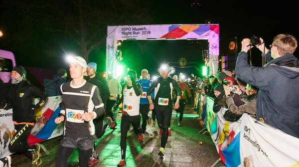 A long queue of runners, equipped with headlamps, passed through the Olympic Parkin Munich at temperatures just above the freezing point.