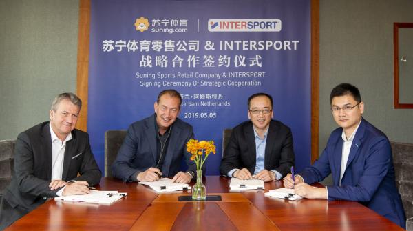 Steve Evers (2.v.l.), CEO von Intersport International, bei der Unterzeichnung des Franchise-Deals.