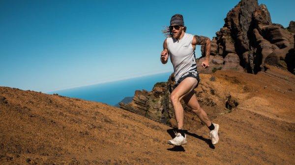 Trailrunner Timothy Olson beim Sport mit Adidas-Kleidung, die aus Plastikmüll aus den Weltmeeren hergestellt wurde.