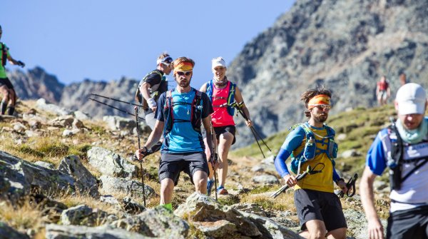 The participation fee of the Transalpine Run is 890 Euro per person.