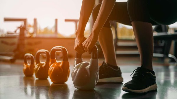 Die Kettlebell und die Wiederentdeckung von funktionellem Ganzkörpertraining -  Vom russischen Jahrmarkt ins Fitnessstudio
