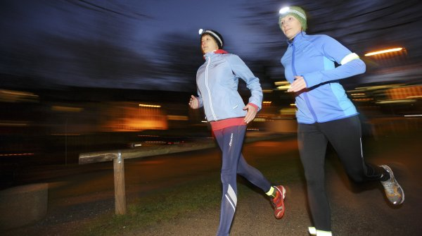 Angstlos durch die Nacht: So gut ausgerüstet, müssen Läufer auch in der dunklen Jahreszeit nicht auf ihre Feierabendrunde verzichten.