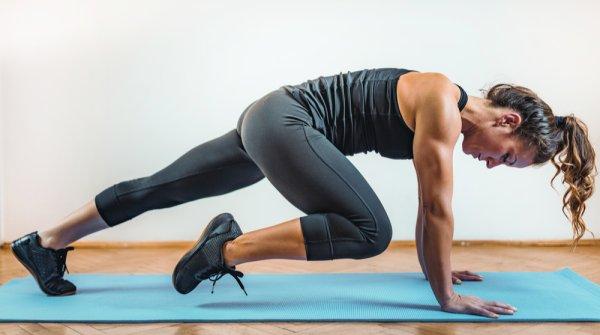 Frau auf Gymnastikmatte beim HIIT