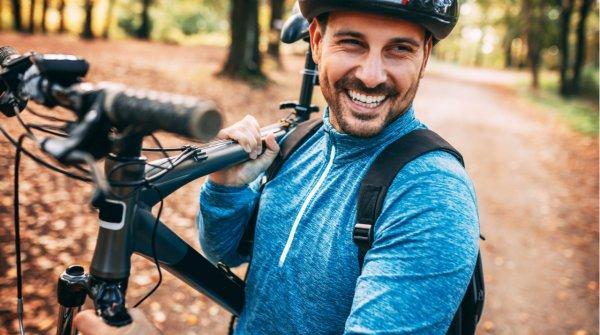 Nahaufnahme eines Mountainbikers mit dem Bike auf der Schuler