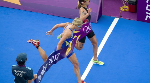 It could hardly be any tighter: In the women's triathlon at the 2012 Olympic Games in London, Swiss athlete Nicola Spirig (above) wins gold ahead of Lisa Norden from Shevd.