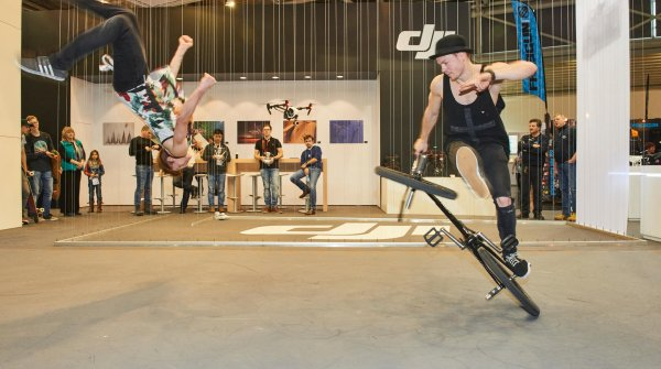 BMX star Chris Böhm (r.) together with Mark Pipper in front of the DJI stand at ISPO MUNICH.