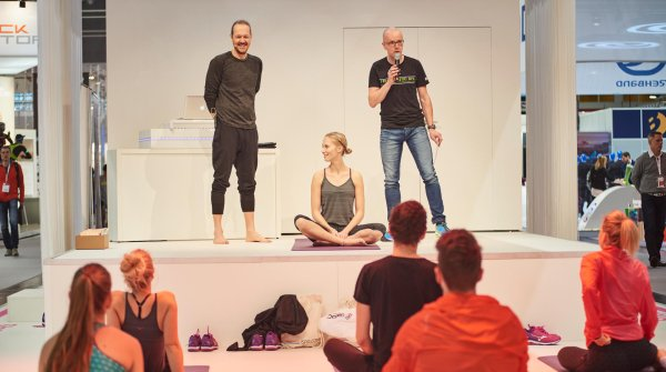 At ISPO MUNICH 2016, Dr. Patrick Broome (left) explained how he turned the German national team into world champions – with yoga